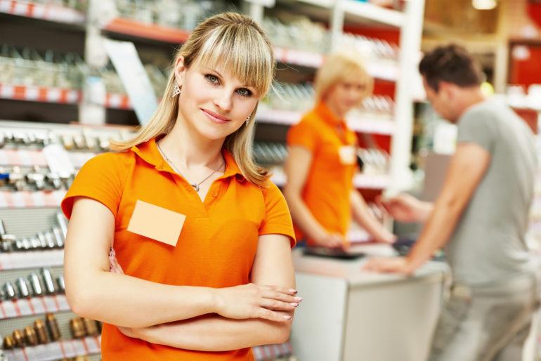 Das Bild zeigt eine Frau in einem Lebensmittelgeschäft.