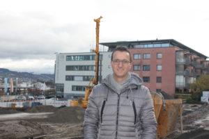 Thomas Frick, Bauleiter bei der GMS Partner AG. Im Hintergrund ist die imposante Bohrmaschine zu sehen (Bild: E. Sauta)